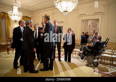 Le président américain Barack Obama parle avec les membres de la Chambre du Caucus démocratique dans l'East Room Banque D'Images