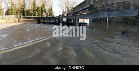 Le Hampstead lock déborde dans l'impossibilité de traiter le volume d'eau de pluie inondée Yalding Banque D'Images