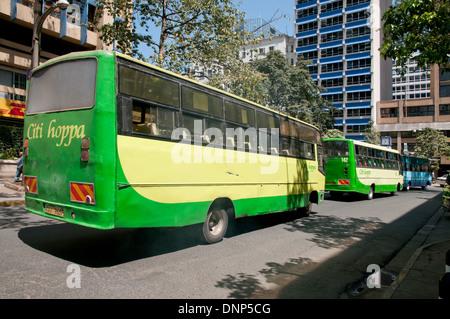 Deux bus Hoppa Citi vert et bleu KBS Kenya Service bus Bus sur Simba, dans le centre de Nairobi Kenya Banque D'Images