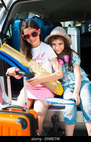 Portrait de soeurs en tronc de Van étant prêt pour les vacances, Mannheim, Baden-Wurttemberg, Germany Banque D'Images