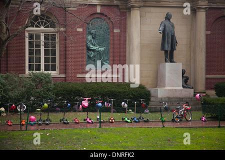 Rangée de mini scooters stationnés devant l'église de Plymouth à Brooklyn NYC Banque D'Images
