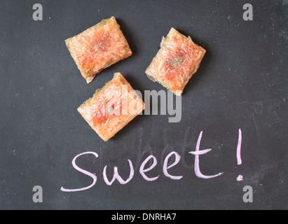 Pâtisserie, confiserie sur une surface noire Banque D'Images