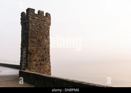 Castlated en pierre sur un mur de la tour de la mer de