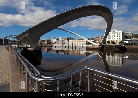 Une vue de jour de Gateshead Millennium Bridge pendant l'inclinaison comme vu à partir de la Baltic Quays, Gateshead Banque D'Images