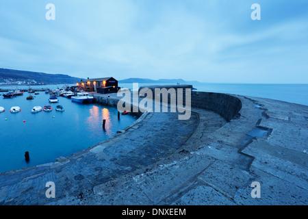 Le port et le Cobb, à l'aube. Lyme Regis. Le Dorset. L'Angleterre. UK. Banque D'Images