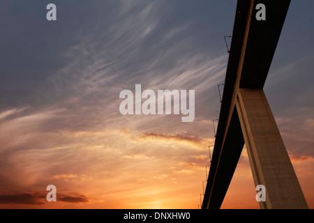 Couper à travers la route à travers le ciel avec de beaux coucher de soleil flamboyant glow Banque D'Images