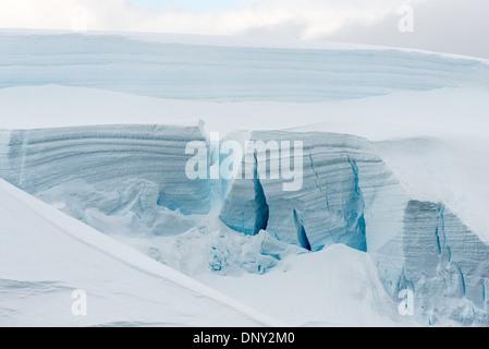L'ANTARCTIQUE - un grand mur de blocs de glace de glacier avec de grandes crevasses à Paradise Harbour sur la péninsule Banque D'Images