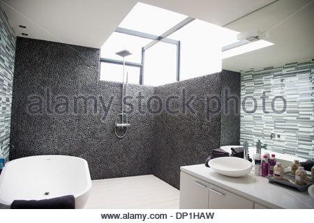 Soleil qui brille par la fenêtre dans une salle de bains moderne Banque D'Images