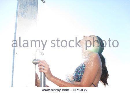 Woman in bikini la douche on beach Banque D'Images