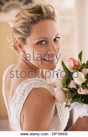 Smiling bride with bouquet Banque D'Images