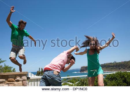 Amis jouant sur patio Banque D'Images