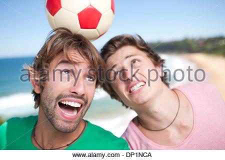 Les hommes jouent au soccer beach Banque D'Images