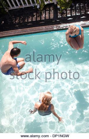 Les amis de sauter dans une piscine Banque D'Images
