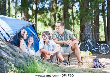 Assis à l'extérieur de la famille tente de camping Banque D'Images