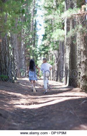 Deux filles exécutant dans les bois Banque D'Images