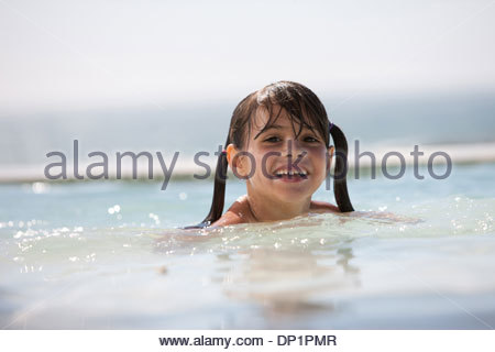 Girl in swimming pool Banque D'Images