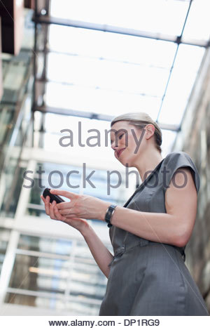 Businesswoman using a cell phone Banque D'Images