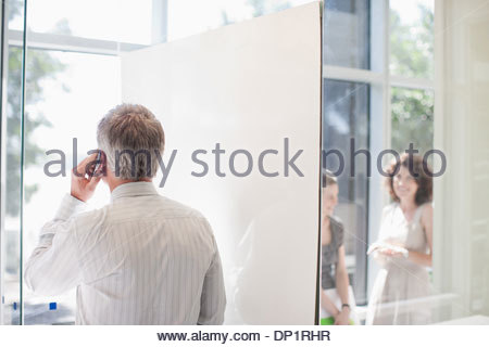 Businessman talking on cell phone Banque D'Images