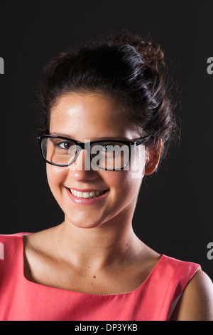 Portrait of teenage girl wearing horn-rimmed eyeglasses, smiling and looking at camera Banque D'Images