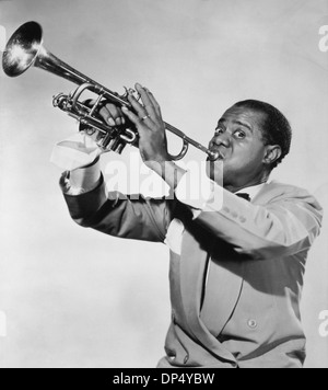 Louis Armstrong (1901-1971), artiste de jazz américain, à jouer de la trompette, vers 1950
