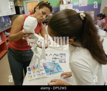 (Publié le 10/30/2003, B-B-1:6,7; B-2:1,2; UT1769054) Rosa Osuna (gauche) donne quelques indications sur Denise Banque D'Images