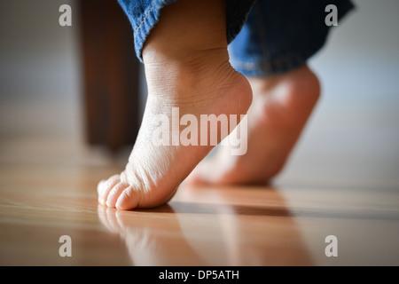 Les pieds de l'enfant sur la pointe des pieds - Innocence Concept Banque D'Images