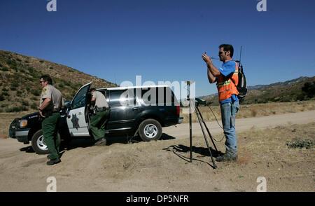 Sep 20, 2006; Ranchita, CA, USA; avec une escorte du shérif (à gauche), arpenteur-géomètre MIKE SHORTT (CQ)(à Banque D'Images