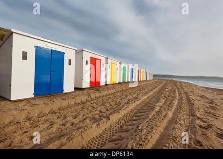 Cabines de plage dans une rangée sur les sables bitumineux à Woolacombe dans le Nord du Devon, Royaume-Uni. Banque D'Images