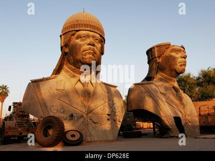 Juin 04, 2006; BAGDAD, IRAQ, a renversé les statues de 20 pieds de Saddam Hussein, prises à partir de l'un des Banque D'Images