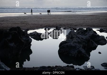 Dans les roches sur la piscine rock beach , les promeneurs sur le rivage Banque D'Images