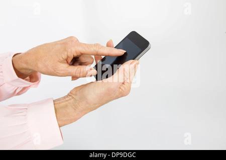 Portrait de senior businesswoman using smart phone in office