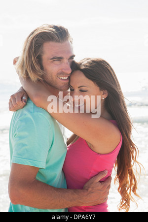 Couple embracing on beach Banque D'Images