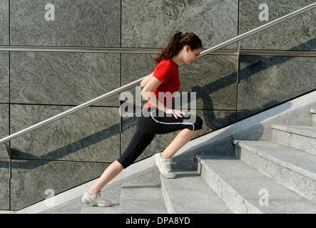 Jeune femme formation sur stairway Banque D'Images