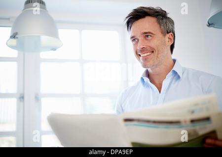 Man reading newspaper Banque D'Images