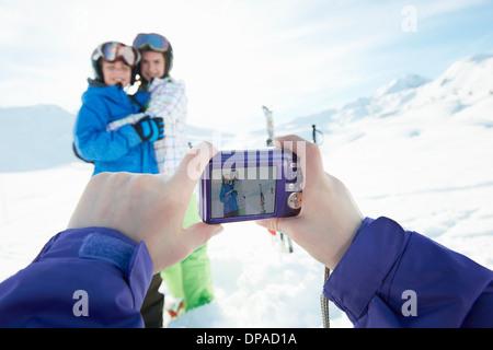 Soeur photographier frères et sœurs dans la neige, Les Arcs, Haute-Savoie, France Banque D'Images