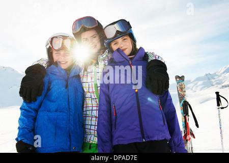 Portrait de frère et soeurs dans la neige, Les Arcs, Haute-Savoie, France Banque D'Images