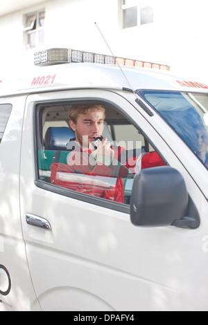 Ambulance ambulancier dans le talkie-walkie Banque D'Images