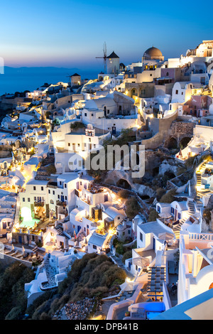 Maisons du village de Oia sur l'île grecque de Santorin. Banque D'Images