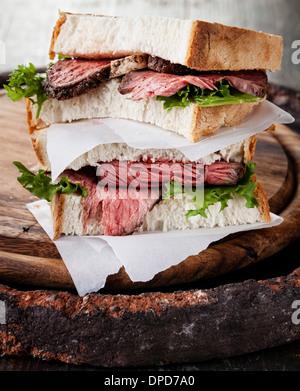 Sandwich au rôti de bœuf avec de la laitue Banque D'Images