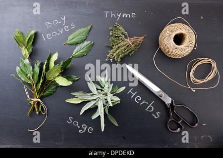 La sauge, le thym et les feuilles de laurier sur tableau noir Banque D'Images