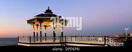 Les couleurs sur l'aube, promenade en bord de kiosque victorien, Brighton, Brighton & Hove, Sussex, England, UK