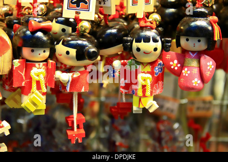 Porte-bonheur japonais poupées pour vente au centre commercial Nakamise-dōri, Asakusa, Tokyo, Japon. Banque D'Images