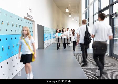Balades en écolière malheureux school corridor Banque D'Images