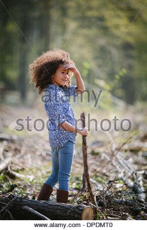 Portrait de jeune fille en bois avec bâton de marche Banque D'Images