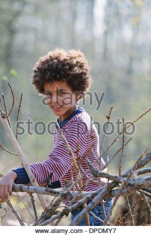 Portrait of boy in woods Banque D'Images
