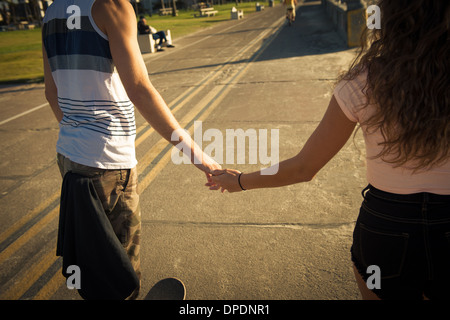 Mid section of couple holding hands Banque D'Images