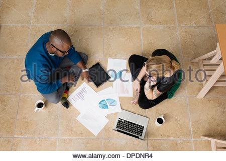 Les jeunes entreprises partenaires sitting on floor in design office Banque D'Images
