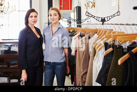 Young women standing in clothes shop Banque D'Images