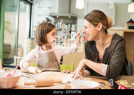 Mère et fille baking in kitchen Banque D'Images