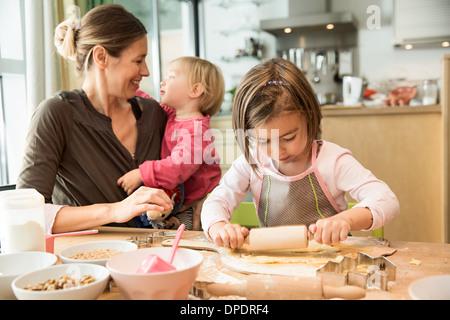 Girl baking in kitchen Banque D'Images
